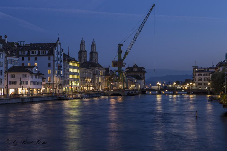 Grossmünster ohne Beleuchtung mit Hafenkran