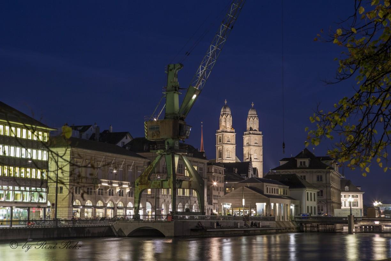 Hafenkran mit Grossmünster im Hintergrund.